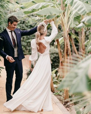 LET'S DANCE & MOVE YOUR BODY!💃🏻💃🏻 Esto fue lo que transmitieron Eva y Santi el día de su boda y las vibraciones fueron brutales!💥💥 Por qué no un poquito de dannnsssing en la situación en la que estamos?? Que tengáis buen día! @kunydiamond_studio📸 #loveatope #weddings & #lifestyle⠀⠀⠀⠀⠀⠀⠀⠀⠀ ·⠀⠀⠀⠀⠀⠀⠀⠀⠀ Let's dance and move your body! 💃🏻💃🏻 This is how we identified Eva and Santi on their wedding day and their vibes were awesome! 💥💥 Why not a little bit of this in the situation that we are living? Have a nice day! ⠀⠀⠀⠀⠀⠀⠀⠀⠀ @kunydiamond_studio📸 #loveatope #weddings & #lifestyle