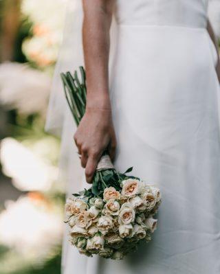 Nos encanta cuando el ramo de flores caracteriza a la novia y éste, sin duda, es uno de los casos 💫 Delicado y elegante como nuestra novia holandesa @loesvissers ! 🧡 Nos flipa!! 💛@kunydiamond_studio 📸 #loveatope #weddings & #lifestyle⠀⠀⠀⠀⠀⠀⠀⠀⠀ ·⠀⠀⠀⠀⠀⠀⠀⠀⠀ We love when the bouquet characterizes the bride and this one, without a doubt, is one of the cases 💫 Delicate and elegant as our dutch bride @loesvissers ! 🧡 We love it!! 💛@kunydiamond_studio📸 #loveatope #weddings & #lifestyle