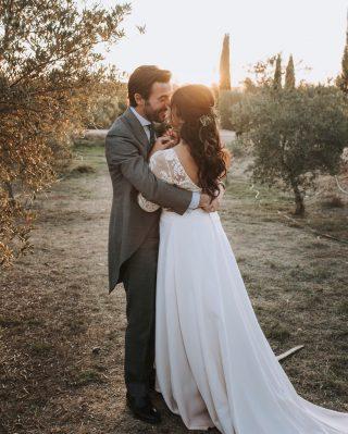 Ellos son Aliza y Migue, una pareja que nos llega al corazón y que nos pone una sonrisa en la cara cada vez que los recordamos 💫 Ellos nos enseñaron que el amor no entiende de raza, de religión, de idioma ni de cultura. Ellos son verdadero LOVE A TOPE! 🧡Son guapísimos por fuera pero no os imagináis cómo lo son por dentro! ✨Os queremos pareja! @ahr_photos 📸 #loveatope #weddings & #lifestyle ⠀⠀⠀⠀⠀⠀⠀⠀⠀ ·⠀⠀⠀⠀⠀⠀⠀⠀⠀ They are Aliza and Migue, a couple that touches our hearts and puts a smile on our faces when we remember them 💫 They taught us that love does not understand about ethnicity, religion, language or culture. They are true LOVE A TOPE! 🧡They are both amazing on the outside but you can't imagine how beautiful they are on the inside! ✨We love you guys!! @ahr_photos 📸 #loveatope #weddings & #lifestyle
