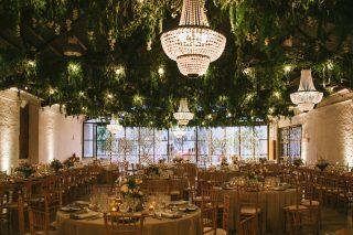 ¡Qué nos gusta una buena iluminación en las bodas de noche! ✨✨ ¡Este techo fue completamente transformado! De unas simples vigas de hierro pasamos a crear esta maravilla 🧡Parecía que estábamos en medio de la naturaleza y eso, como sabéis, nos encanta!! 🍃🍃¿Qué os parece a vosotros? ¿Qué tipo de iluminación pondríais en vuestra boda? Somos todo oídos y estamos deseando saber vuestras opiniones! ✏️👇@diasdevinoyrosas 📸 #loveatope #weddings & #lifestyle⠀⠀⠀⠀⠀⠀⠀⠀⠀ ·⠀⠀⠀⠀⠀⠀⠀⠀⠀ We love a good lighting for weddings at night! ✨✨ This ceiling was completely changed! We transformed simple iron beams to this marvel 🧡 It looked like we were in the middle of nature and we love that as you know!! 🍃🍃 What do you think? What kind of lighting would you put in your wedding? We are looking forward to know your opinions! ✏️👇 @diasdevinoyrosas 📸 #loveatope #weddings & #lifestyle