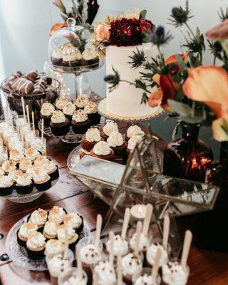 Un 5 de enero diferente pero con la misma ilusión que todos los años!✨✨ Esperamos que paséis una tarde estupenda, poniéndoos hasta arriba de roscón de Reyes y pastelitos!🧁🍰🍭 Y si son de nuestra Carmen de @aquarelacakes apaga y vamonó! 🤤 Que paséis una noche mágica! 🌟@kunydiamond_studio 📸 #loveatope #weddings & #lifestyle ⠀⠀⠀⠀⠀⠀⠀⠀⠀ ·⠀⠀⠀⠀⠀⠀⠀⠀⠀ A different January 5th but with the same enthusiasm as every year! ✨✨We hope you have a great afternoon, eating